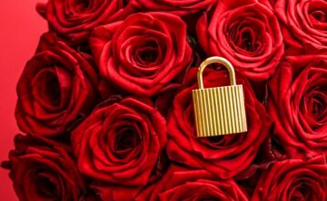 Holiday gift, flowers flatlay and happy relationship concept - Love lock for Valentines Day card, golden padlock and luxury bouquet of roses on red background